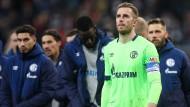 Die Schalker treten den Gang zu den frustrierten Fans nach dem 0:3 in Frankfurt an.