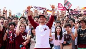 Podolski in Japan wie ein Popstar empfangen