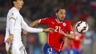Marcelo Diaz (rechts) vom HSV spielt die Copa America für Gastgeber Chile
