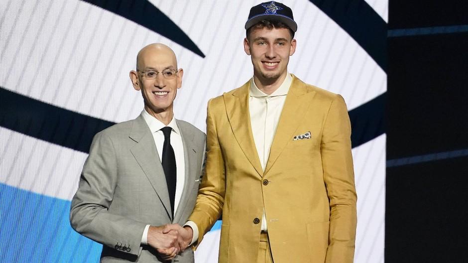Glückwünsche aus Tokio von Bruder Moritz: Franz Wagner (rechts) schafft es in die NBA.