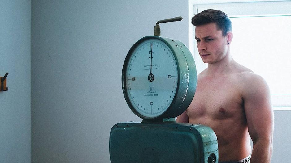 """Die Waage und er: Max Lang muss für seinen Traum von Olympia """"abkochen""""."""