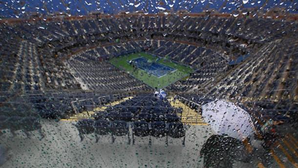 Im New Yorker Regen stehen gelassen