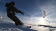 Auch eine Möglichkeit: ein Snowkiter lässt sich Anfang Februar in Heiligenberg auf seinem Snowboard über den Schnee ziehen