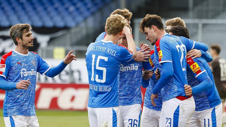 Kiel oben: Holstein-Spieler freuen sich über das 4:0 gegen St. Pauli