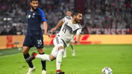Gündogan verlässt das Stadion mit einem Lächeln