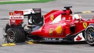 Vettel platzt erst der Reifen, dann der Kragen