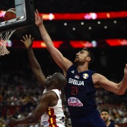 Kampf um den Ball am Brett: Serbiens Nikola Milutinov (r.) und Angolas Leonel Paulo