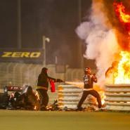 Flucht aus den Flammen: Haas-Pilot Romain Grosjean (rechts im Feuer) hat sich aus dem Cockpit befreit und klettert über die Leitplanken.
