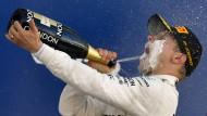 Champagnerdusche für den Sieger: Valtteri Bottas lässt es sich gut gehen.