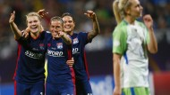 Freude bei den Spielerinnen von Olympique, allen voran Camille Abily (Mitte) über ihr Tor zum 4:1 im Champions-League-Finale