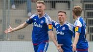 Große Freude beim KSV: Duksch (l.) bejubelt mit Lewerenz und Lenz sein entscheidendes Aufstiegstor.