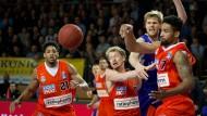 Kampf um den Basket-Ball: Ulms Spieler Augustine Rubit (l.), Per Günther (Mitte) und Joschka Ferner (r.) im numerischen Vorteil.