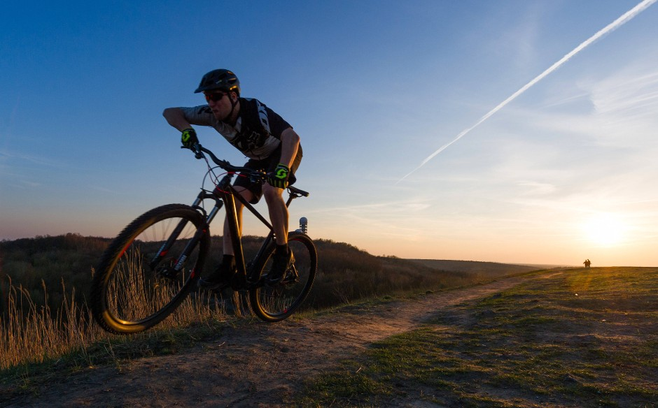 """Mountainbiker Piet auf dem Drachenberg in Berlin: Der ehemalige Profi Beneke sagt, mittlerweile könne man auch """"ohne Kette"""" fahren. Die Strecken seien so anspruchsvoll und steil geworden, dass am Start nur noch durchtrainierte Typen """"Marke Zirkusartist"""" zu sehen seien."""