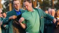Jordan Spieth (hinten) hilft Danny Willett ins grüne Jacket: Dass der Brite vor dem Amerikaner landete, wie in Augusta, war eine große Überraschung.