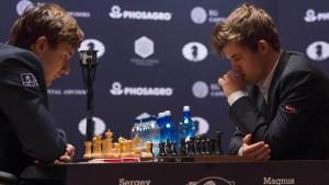 Herausforderer Sergei Karjakin (l.) gegen Weltmeister Magnus Carlsen: Jetzt entscheiden Nuancen.