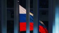 Russische Fahne hinter Gitter: Nach einem Boykott sieht es in der Sportwelt aber nicht aus.
