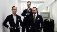 Drei Mann, ein Anzug