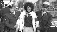 Aufmischen des Establishments: Rainer Langhans, das Gesicht der Achtundsechziger-Bewegung, wird nach seiner Festnahme von zwei Polizeibeamten abgeführt.