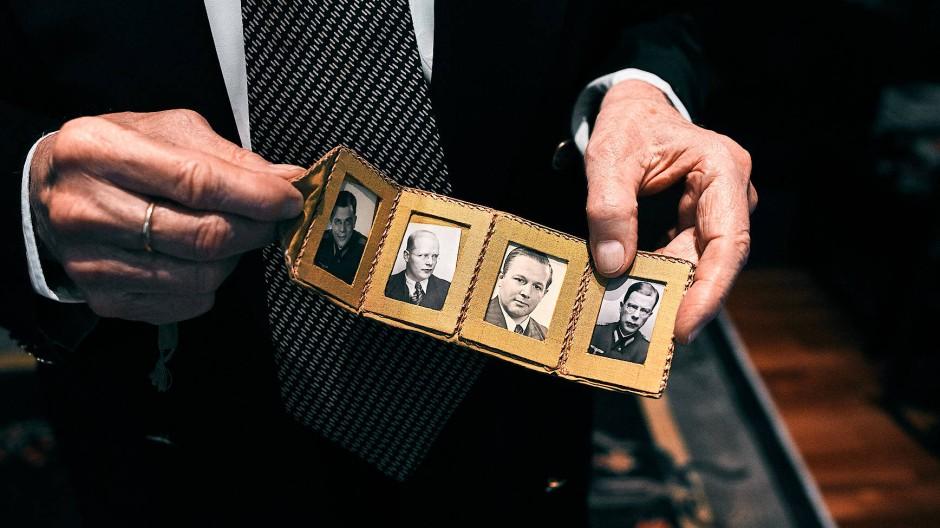 Porträts auf dem Schreibtisch: Hans von Dohnanyi (links und rechts), Dietrich Bonhoeffer (Mitte links), Klaus Bonhoeffer (Mitte rechts)