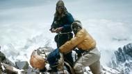 Vor dem Gipfel: Edmund Hillary (links) und Tenzing Norgay an einem Ausrüstungs-Depot am Mount Everest