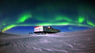 Die Neumayer-Station liegt auf dem Ekström-Schelfeis in der Antarktis. Im Winter leben hier zwölf, im Sommer bis zu 60 Menschen. Das Polarlicht gehört zu den schönsten Himmelserscheinungen.