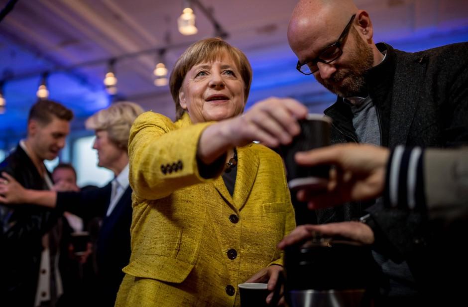 Nicht nur für Pressevertreter und Fußballstars: Angela Merkel schenkt im September 2017 Kaffee für die Wahlhelfer aus.