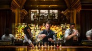 Bei der Arbeit: Leo Robitschek mixt in der Nomad-Bar in New York einen Drink.