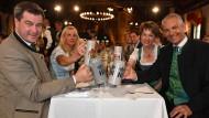 Tradition in München: Beim Maibockanstich erheben Markus Söder, seine Frau und der Direktor des Staatlichen Hofbräuhauses Michael Möller mit seiner Frau Irmgard die Bierkrüge.
