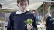 Alles im grünen Bereich: Der Koch Dylan Watson-Brawn setzt auf radikale Frische. Deshalb schaut er sich gern auf Bio-Höfen in Brandenburg um.