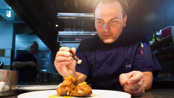 Tim Raue - Der Berliner Sterne-Koch  bereitet in seinem Restaurant ein Weihnachtsessen zu und berichtet im Interview aus seinem Leben