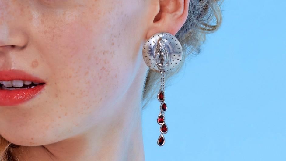 Bis aufs Blut: Menstruationstropfen-Ohrring von Joanna Bacas