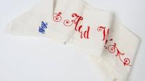 So ein Spruchband gehörte früher in jede Mitgift. Heute ziert es eher unordentliche Kleiderschränke.