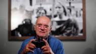 """Mut zur Schwarzweiß-Fotografie: Peter Lindbergh, hier zu sehen im Jahr 2010, bei der Eröffnung seiner Ausstellung """"On Street"""" in Berlin"""