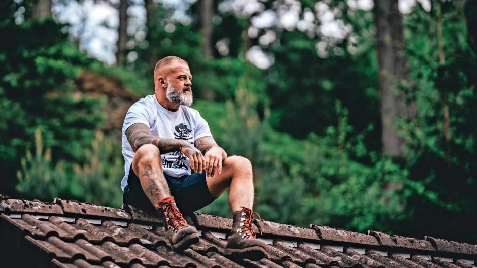 Schanghai? Nein, Schwarzwald: Waldwerk-T-Shirt-Träger in seinem natürlichen Lebensraum