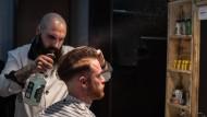 Zuständig für alles rund um den Mann: Barbier Windar Abbas aus Aachen in Aktion
