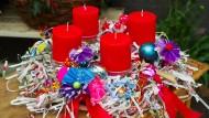 Für Mutige und Umweltbewusste hat die Blumenbar einen ungewöhnlichen Adventskranz gefertigt. Er besteht zum Großteil aus recycelten Materialien.