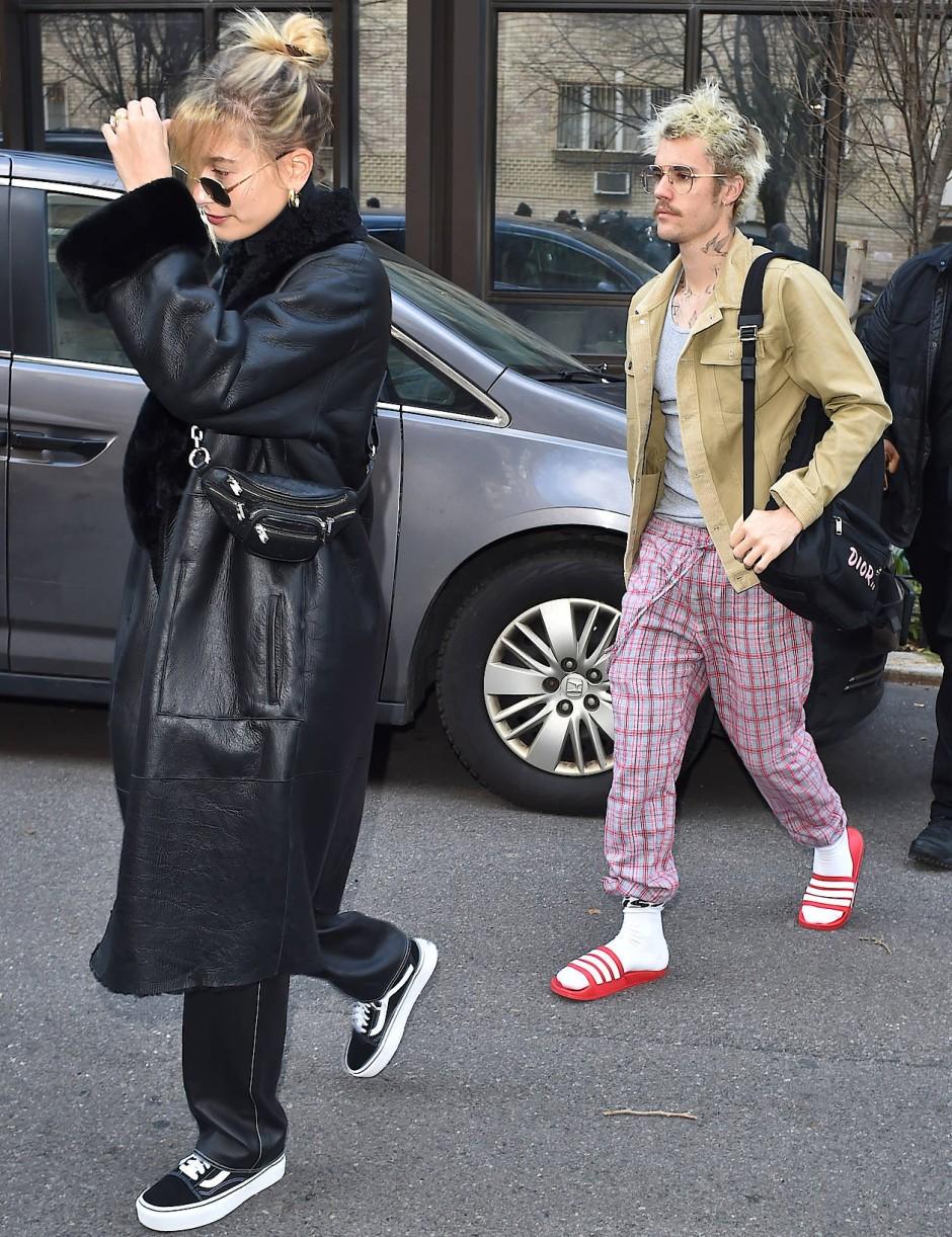 Justin Bieber in Badelatschen – nicht auf dem Weg in die Dusche, sondern beim Verlassen seines New Yorker Appartements.