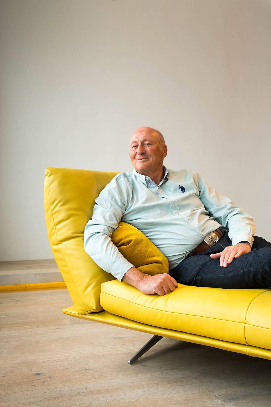"""""""Neue Dimension des Sitzens"""": Gerd Bissinger, geschäftsführender Gesellschafter von Koinor, im Showroom in Michelau."""