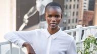 """""""Girls from Compton don't play tennis. They own it."""" Der Nike-Spruch für Serena Williams könnte auch für Akiima gelten, die erst 2017 in Australien entdeckt wurde und das Model-Business schnell verstanden hat. In New York, wo sie jetzt lebt, wurde die Dreiundzwanzigjährige auf der Dachterrasse der Modelagentur IMG an der Park Avenue fotografiert."""