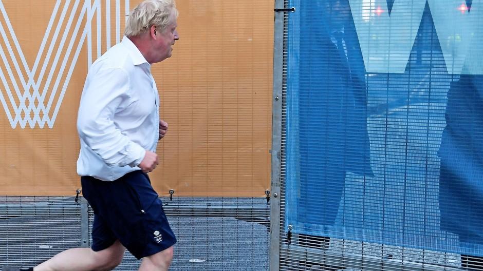 Boris rennt im Hemd: Der britische Premierminister joggt am vergangenen Sonntag  in Manchester.