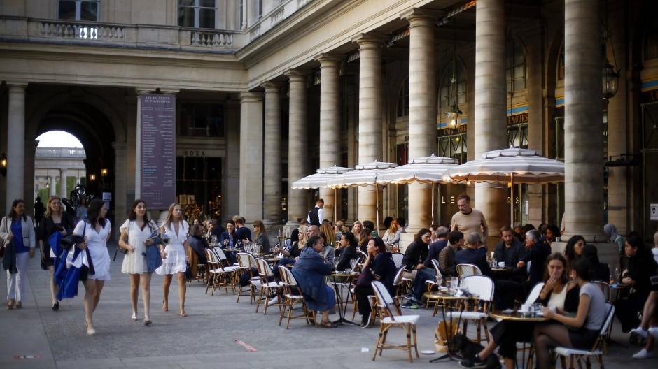 Paris im Juli: das kleine Weiße mal drei. Wenn urbaner Stil lange Zeit eine Uniform aus Jeans und T-Shirt bedeutete, dann könnte sich das jetzt ändern.
