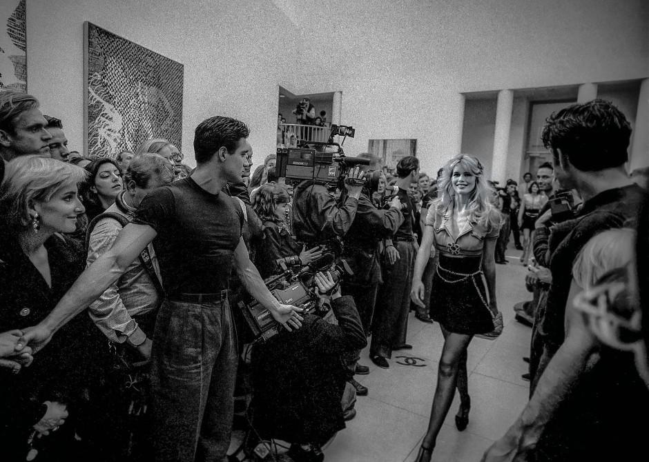 Im Museum für Moderne Kunst in Frankfurt: Claudia Schiffer präsentiert Karl Lagerfelds Chanel-Kollektion an ungewohntem Ort.