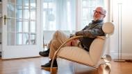 """Wenn das Runde das Eckige trifft: Peter Maly setzt auf klare Geometrie, wofür auch das Sofa """"Zyklus"""" (COR) ein Beispiel ist."""