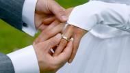 Der Ehering gilt als Symbol der ewigen Verbundenheit. Unpraktisch, wenn er bereits drei Wochen nach der Hochzeit verloren geht.