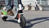 Elektrische Kleinstroller sollen künftig legal auf die Fahrradwege dürfen.