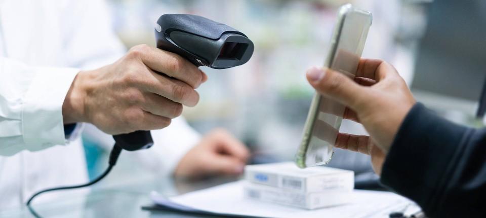 Am 1. Juli startet das elektronische Rezept in Deutschland. Der Apotheker holt sich alle Daten über einen QR-Code.