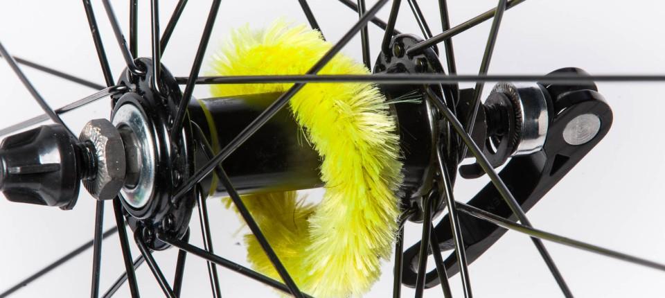 Fahrrad-Pflege: Die haarige Raupe Nimmersatt leckt die Nabe blank