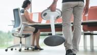 Eine lange, monotone Sitzdauer auf einem Bürostuhl belastet die Wirbelsäule einseitig.