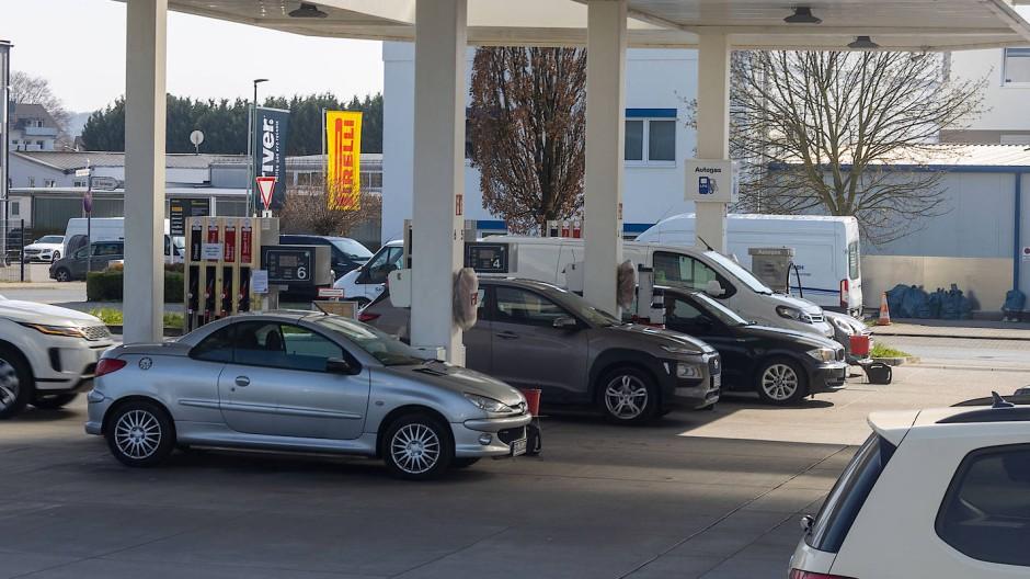 Seit 2015 wird festgeschrieben, dass Benzin und Diesel mit einem gewissen Prozentsatz an Biokraftstoffen gemischt werden müssen.