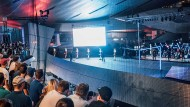 Drohnenrennen mit kniffligem Hindernisparcours wie hier in der BMW-Welt in München ziehen Zuschauer an. Sponsoren ebenso.